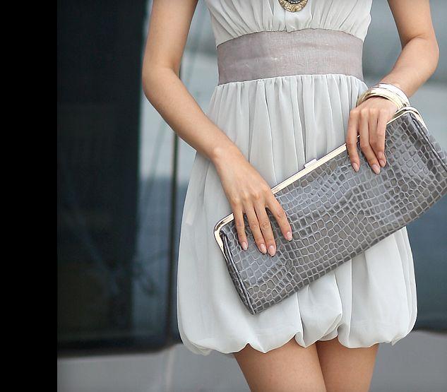 Хоть я и ношу большие и тяжелые сумки, обажаю клатчи))) смотрим.