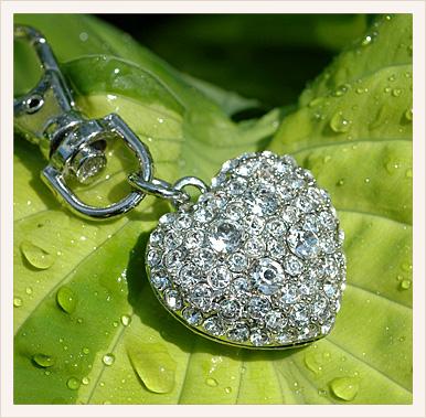 Бижутерия - прекрасная альтернатива украшениям из драгоценных металлов и камней, она предоставляет женщинам...