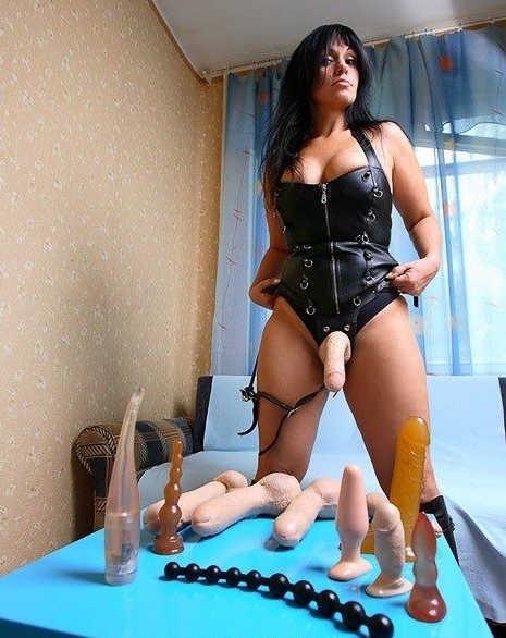 prostitutki-gospozha-so-straponom