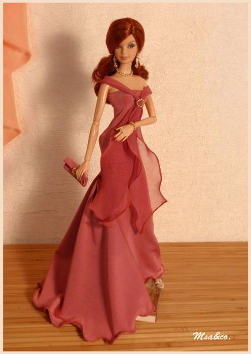 """Дополняет платье шифоновый шарф, стянутый пряжкой из бисера.  Милена в лёгком вечернем платье  """"Нежная роза """"."""