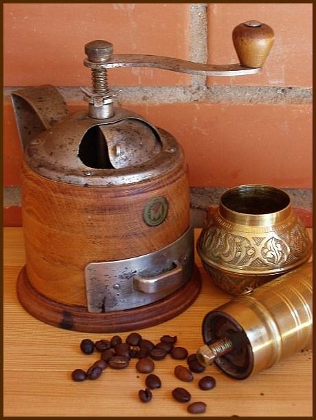Возникает вопрос: зачем вообще дома нужна кофемолка.  Сейчас можно приобрести уже молотый кофе любых сортов...