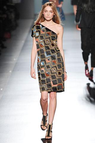 Модный дом ETRO включил в свою зимнюю коллекцию нарядные платья, подумав...