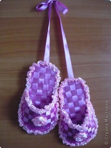 Плетение браслетов из атласных ленточек.