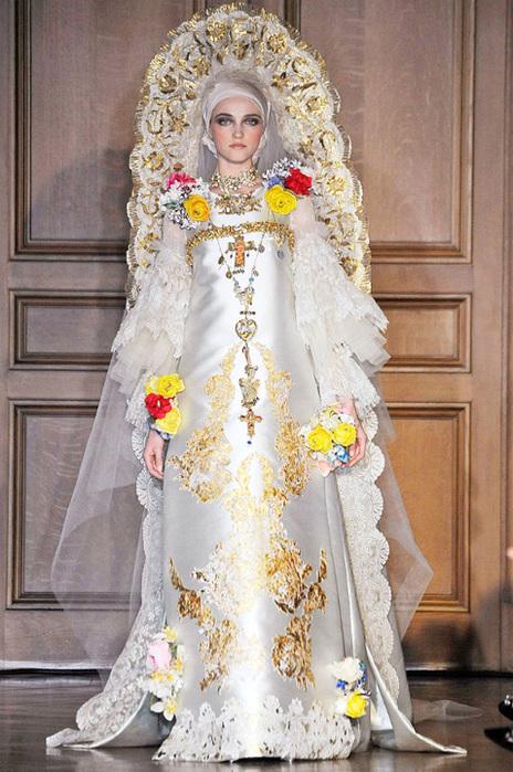 ...дизайнер вышел на подиум в кампании модели в шикарном свадебном платье.