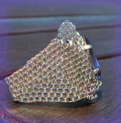 Очень стильный перстень, который впишется даже в офисный стиль.  Перстень из бисера. идеи и схемы плетения перстня.