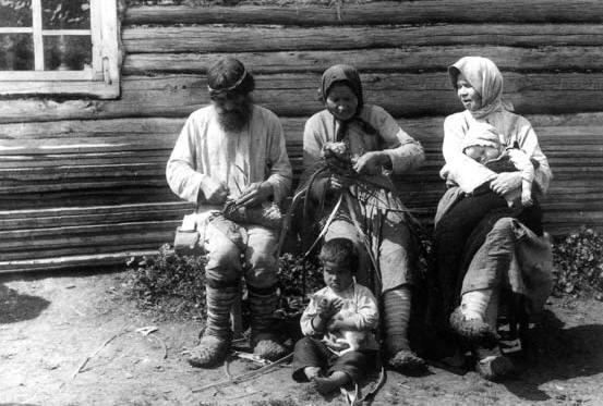 Способы плетения лаптей - например, в прямую клетку или в косую, с пятки либо с носка - были свои у каждого племени и...