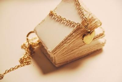Тетради, письма, личные дневники, книги и одна печатная машинка.Очень удобно для оформления постов и в качестве...
