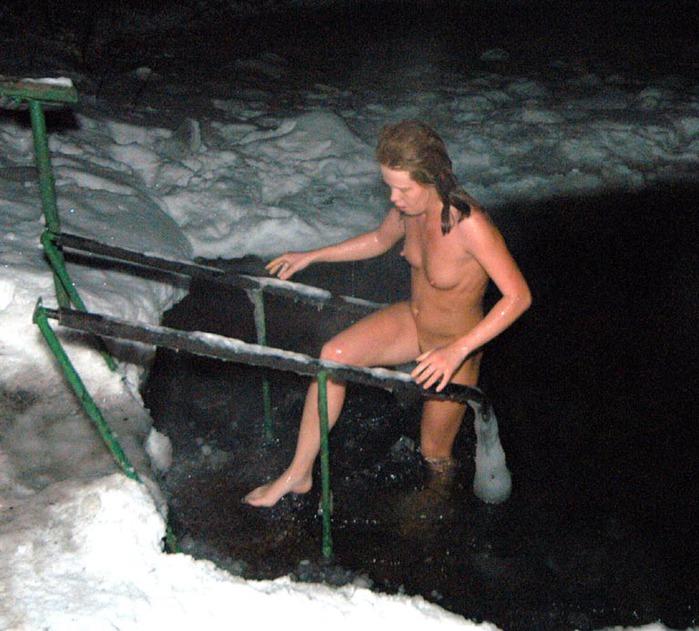 Моржиха Натаха не любит купаться в проруби одетой (фото)