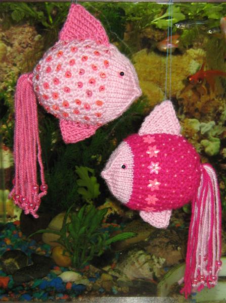 Очень красивая мягкая игрушка рыбка, связанная спицами.  Не очень сложная, можно связать даже новичку.