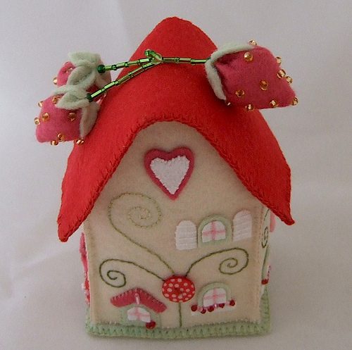 Очень интересные домики из фетра.  Отличные сувениры или даже игрушки для детей.  А также их можно использовать как...
