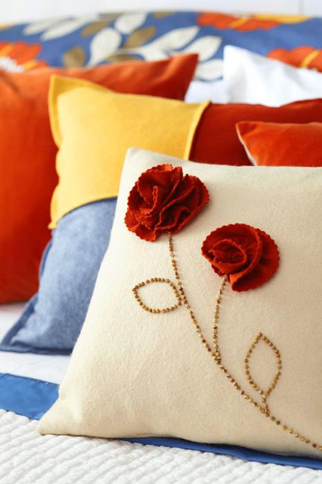 Потребуется: плотная ткань или тонкий фетр для цветков, бисер или бусины для стеблей, нитки с иголкой, ножницы...