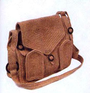 Узор сумки из жесткой льняной пряжи образован четкими рядами столбиков...