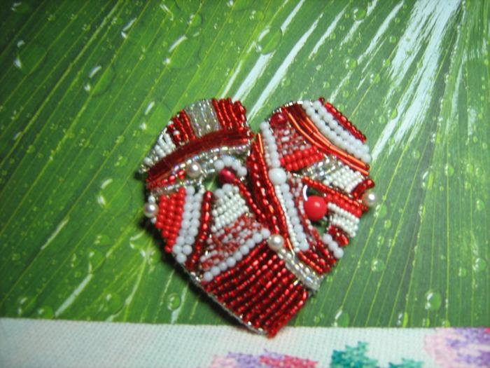 """А вот  """"железное сердце """".  Оно выполнено из проволоки разного диаметра путем нанизывания бисера , бусин и пр..."""