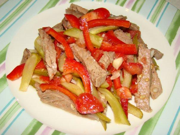 Салат с говядиной помидорами и болгарским перцем рецепт