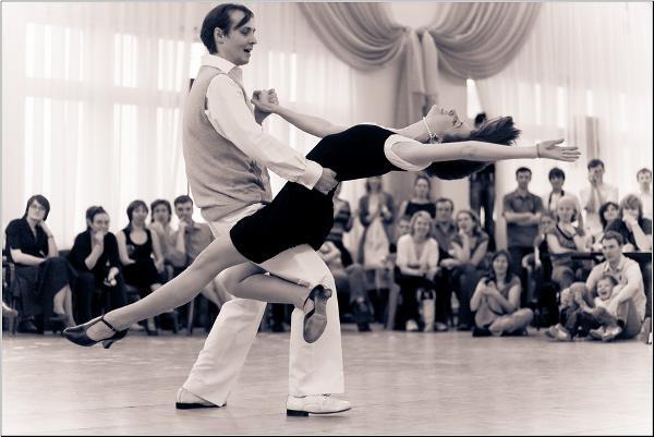Свинг - это термин для определения группы танцев, которые получили