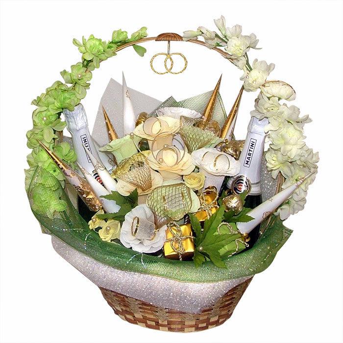 Букет конфет - это яркая, веселая композиция из сладостей, цветов и необычных аксессуаров.