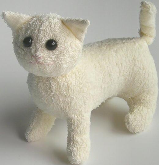 Белый кот и сшит, соответственно, из белой ткани, можно использовать мех...