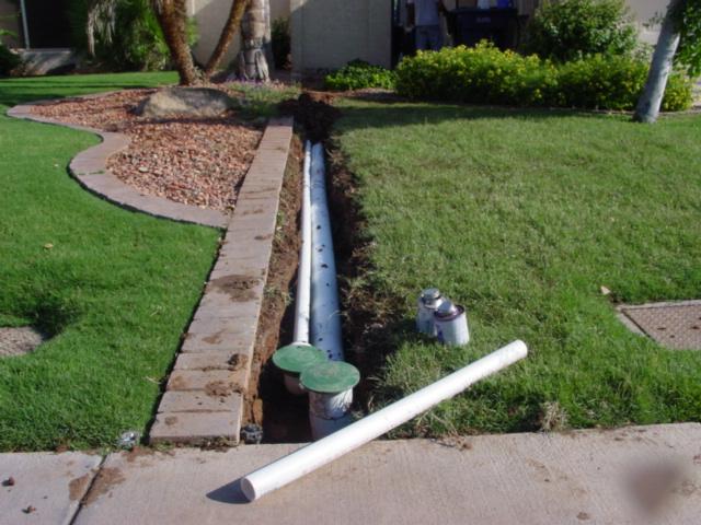Начало любой ливневки - это воронки под водосточной трубой либо желоба по периметру фундамента.