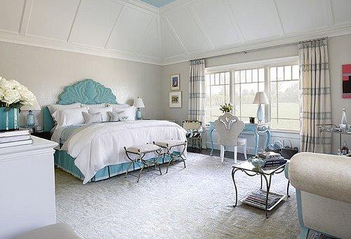 Интерьер спальни в светло-голубых тонах.