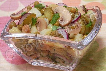 Рецепт - картофельный салат с маринованными грибами и зеленым горошком