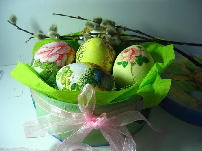 Деревенские умельцы готовили к Пасхе деревянные писанки.  В кондитерских продавали шоколадные и сахарные яйца.
