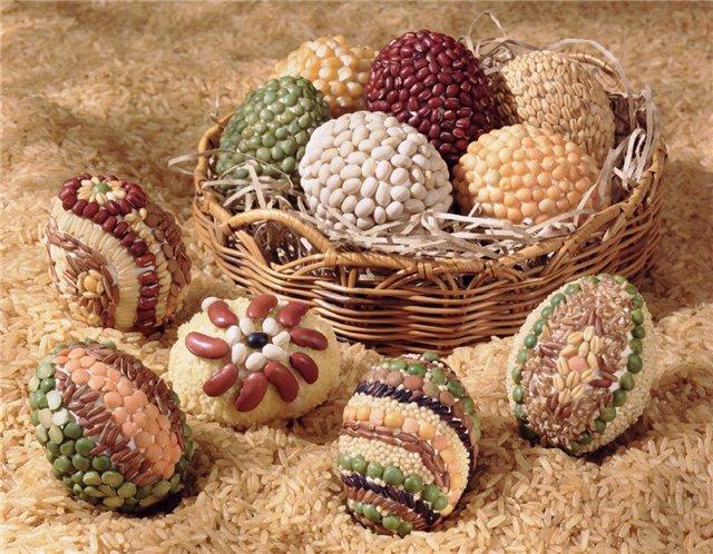Вот еще одна идея, как украсить пасхальное яичко: при помощи крупы.  Мы использовали рис