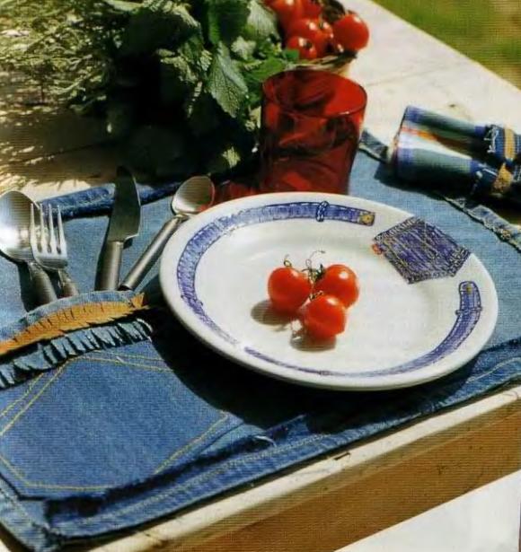 А также из старых джинсов можно сделать отличные салфетки для повседневной трапезы.