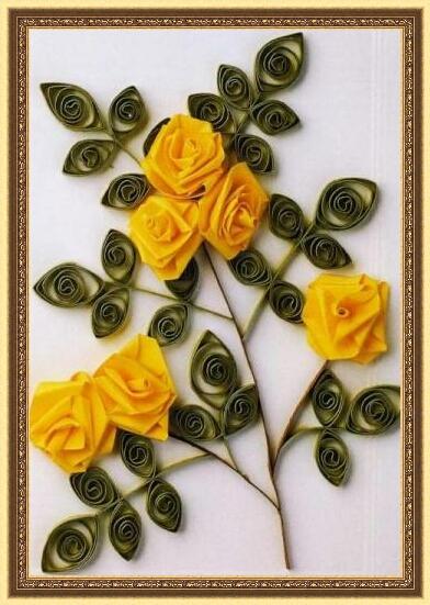1. Чтобы сделать розу, отрежьте бумажную полоску и вставьте ее конец в...