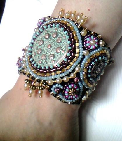 Хочу еще показать вам очень красивые браслеты.  Глядя на такие, обязательно хочется их примерить.
