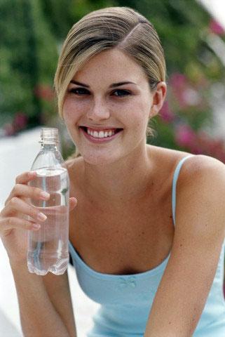 Употребление напитков из пластиковых бутылок может иметь тяжелые...