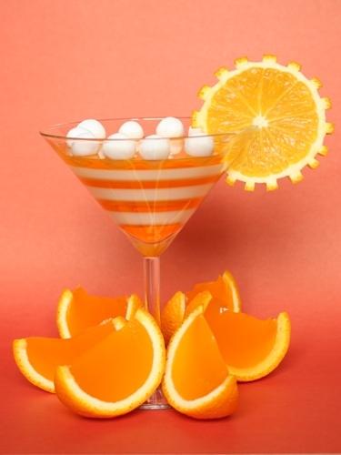 Желе в апельсинах с полосатым коктейлем.  Ингредиенты: апельсины, молоко, желе со вкусом апельсина, желатин, сахар...