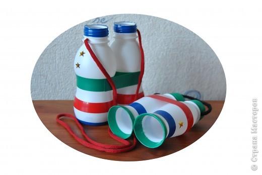 Бинокль из бутылочек.  Материал - бутылочки из-под йогурта, изолента, шнурки.  Это цитата сообщения.