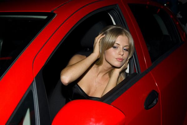 Нашёл подборку любительских фоток девушек с их автомобилями, решил найти ещё несколько подобных кадров.