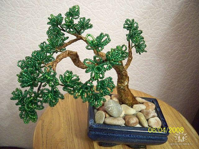 Оригинальное оформление деревьев из бисера.