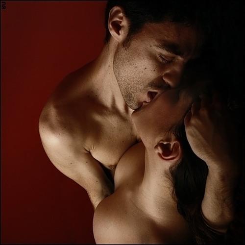 Целует грудь девушке 19 фотография