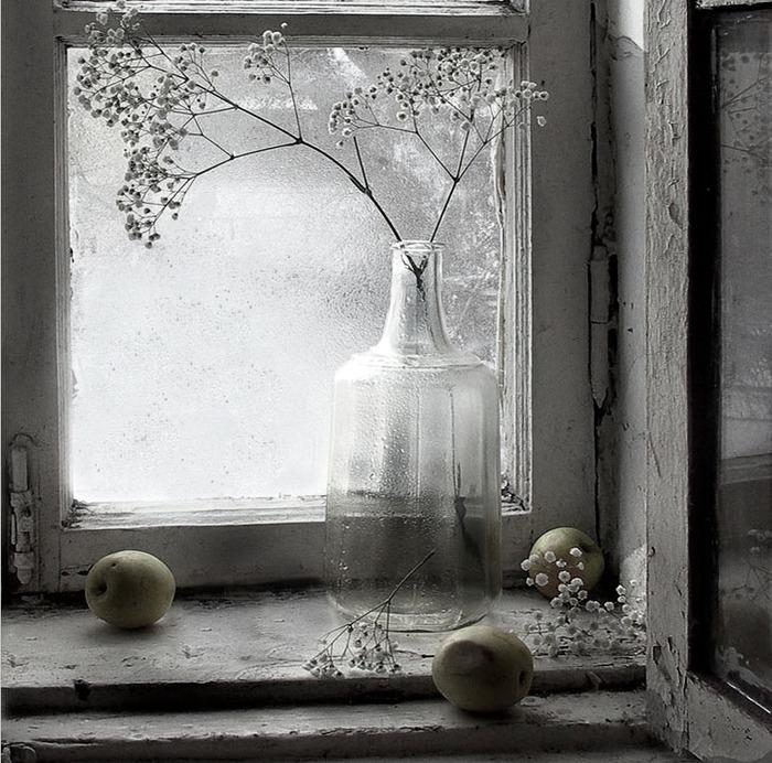 Старое бабушкино окно,на котором она хранила зимой яблоки: доставала их из погреба и раскладывала на окошке.