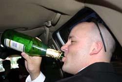 Гаишники часто трактуют распитие спиртных напитков в салоне стоящей...