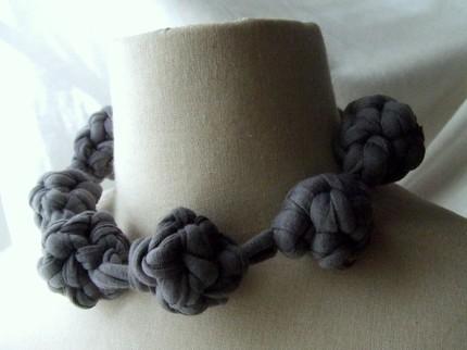 Какие уникальные украшения можно сделать из этой пряжи - любуйтесь! источник.  Как сделать пряжу из старых футболок...