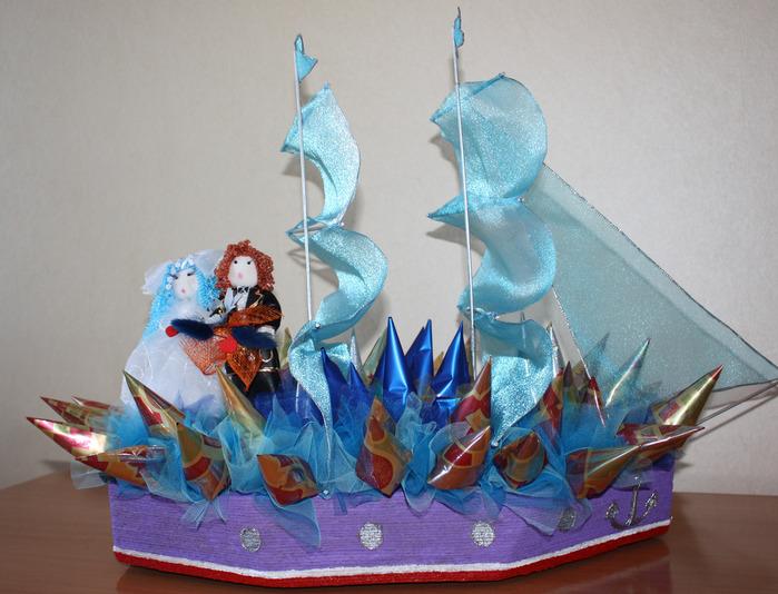 Свадебный корабль из конфет.