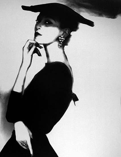 Шорох платья, поворот головы, жест, взгляд, взмах ресниц.  Вспышка, щелчок, снято.  Неуловимое поймано.