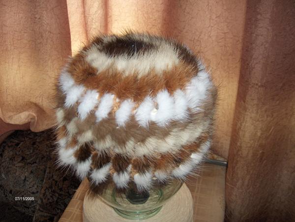 Вязание шапок из меха на специальной сетке.
