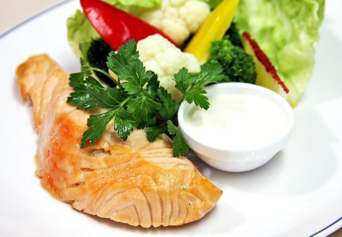 Национальными блюдами являются жареная рыба, рыба с карри и рыбный суп.