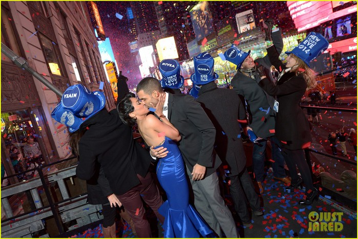 kat-graham-cottrell-guidry-midnight-kiss-on-new-years-eve-02 (700x466, 125Kb)