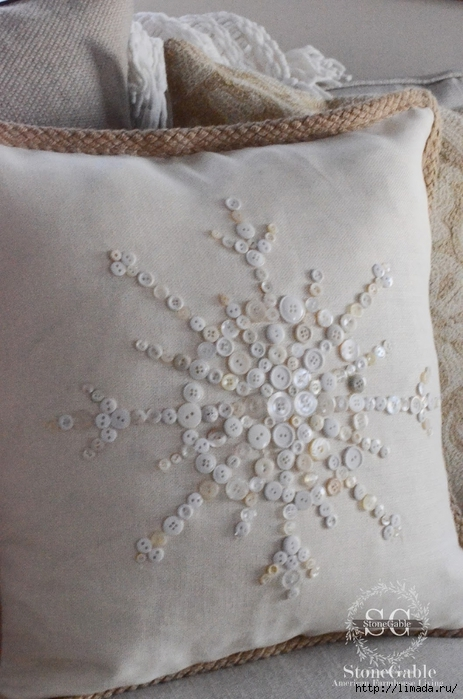 Button Snowflake Pillow-on sofa-stonegableblog.com (463x700, 243Kb)