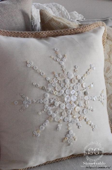 Button Snowflake Pillow-on sofa-stonegableblog.com (463x700, 243Kb)
