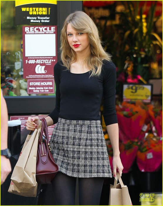 taylor-swift-starts-new-year-with-shopping-04 (555x700, 106Kb)