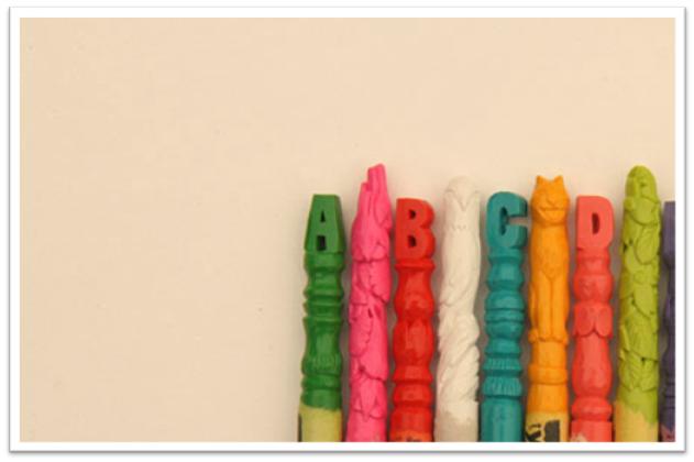 Художник вырезал алфавит и скульптуры из набора мелков