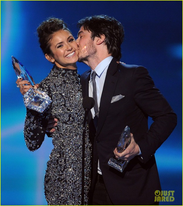 ian-somerhalder-nina-dobrev-joke-about-their-breakup-at-peoples-choice-awards-01 (624x700, 128Kb)