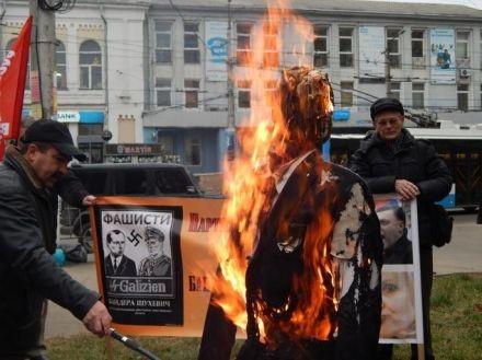 Крым - сожжение чучела Бандеры (440x329, 45Kb)