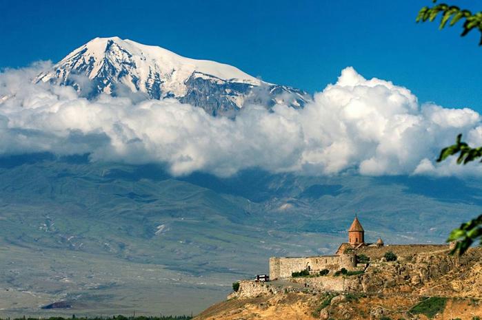 Арарат — наивысшая точка Армянского нагорья. Арарат является потухшим вулканом, последнее его извержение было зафиксировано в 1840 году (700x465, 347Kb)